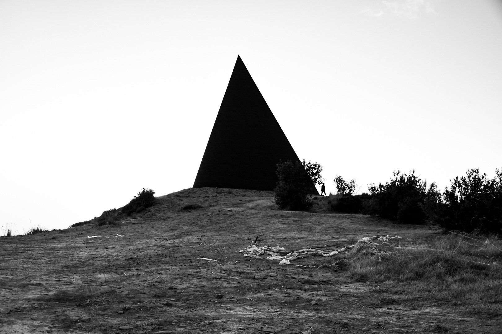 piramidebw-1602422333.jpg